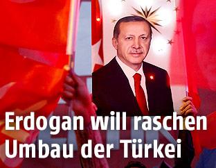 Frau hält ein Bild des türkischen Präsidenten Recep Tayyip Erdogan