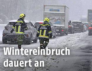 Feuerwehrmänner auf der verschneiten A21