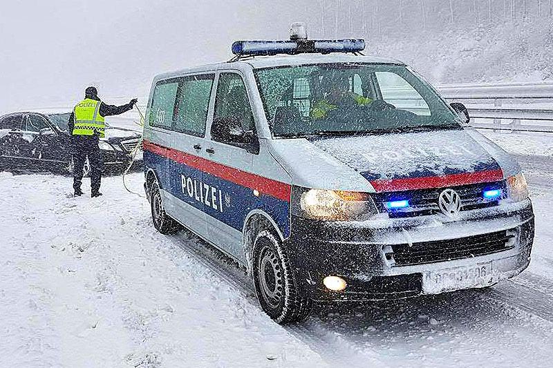 Polizeiauto auf der verschneiten A21