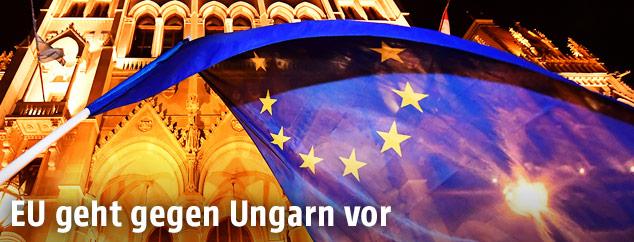 EU-Fahne vor dem ungarischen Parlament in Budapest