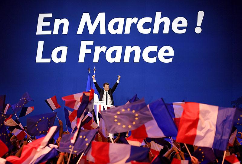 """Französischer Präsidentschaftskandidat Emmanuel Macron vor dem Slogan """"En Marche!"""""""