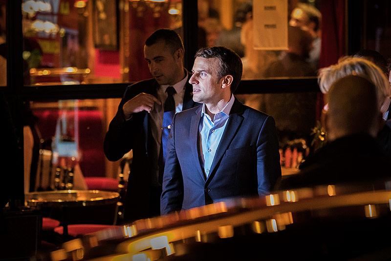 Emmanuel Macron verlässt spät Abends ein Restaurant