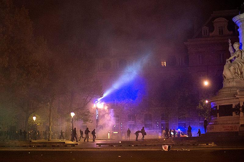 Demonstranten laufen vor Tränengas-Granaten davon