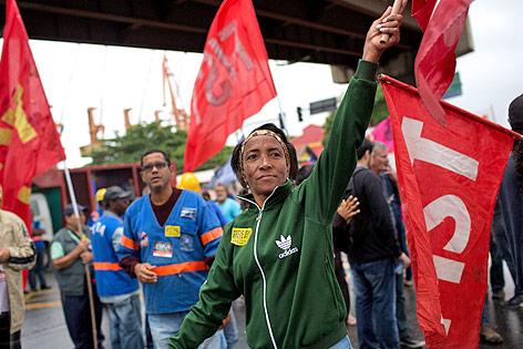 Streikende Brasilianer mit Gewerkschaftsfahnen