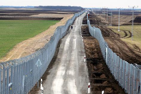Doppelter Zaun an der Grenze zwischen Ungarn und Serbien