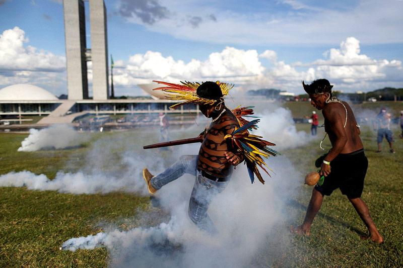 Brasilianische Ureinwohner werden von Tränengas attackiert