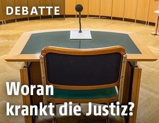 Stuhl im Gerichtssaal