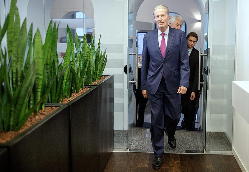 Reinhold Mitterlehner betritt den Medienraum in der ÖVP-Zentrale