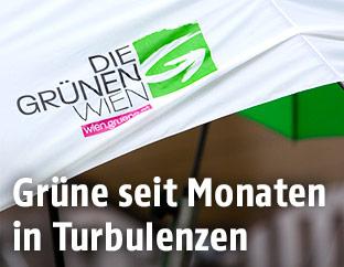 Grünen-Logo auf Regenschirm