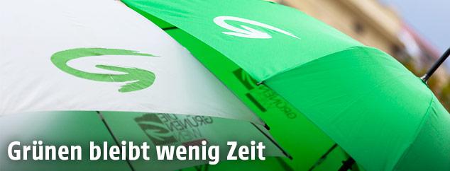 Grünen-Logo auf Regenschirmen