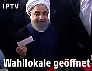 Irans Präsident Hassan Rouhani gibt seine Stimme ab
