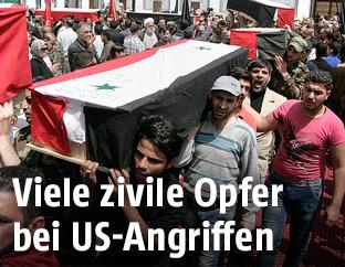 Syrer tragen Särge