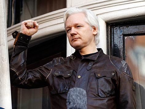 Julian Assange am Balkon der ecuadorianischen Botschaft in London