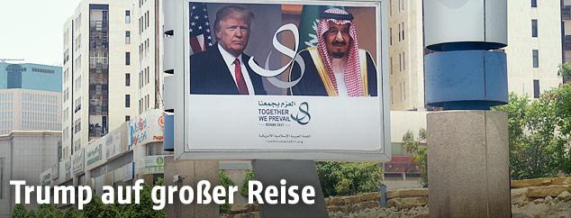 Ein Werbeplakat in Riad zeigt US-Präsident Donald Trump und König Salman von Saudi-Arabien
