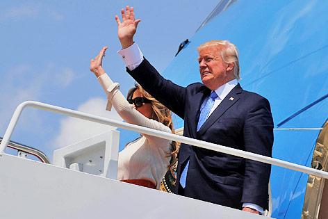 Donald und Melania Trump winken vor dem Einsteigen in die Air Force One
