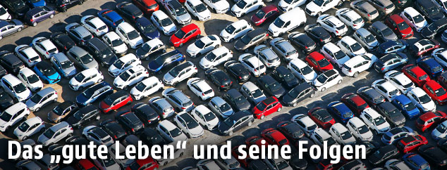Ein Parkplatz mit vielen Autos