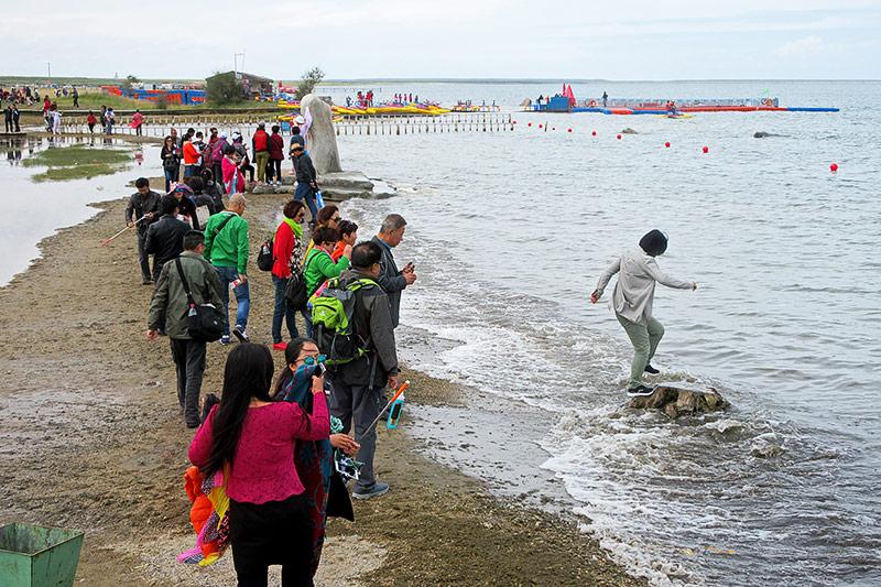 Touristen an einem Strand in Zentralchina