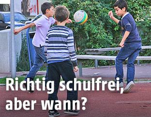 Fußball spielende Buben