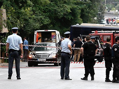 Einsatzkräfte nach Detonation einer Briefbombe