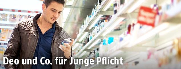 Junger Mann kauft Parfume