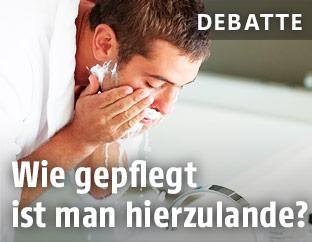 Mann wäscht Gesicht
