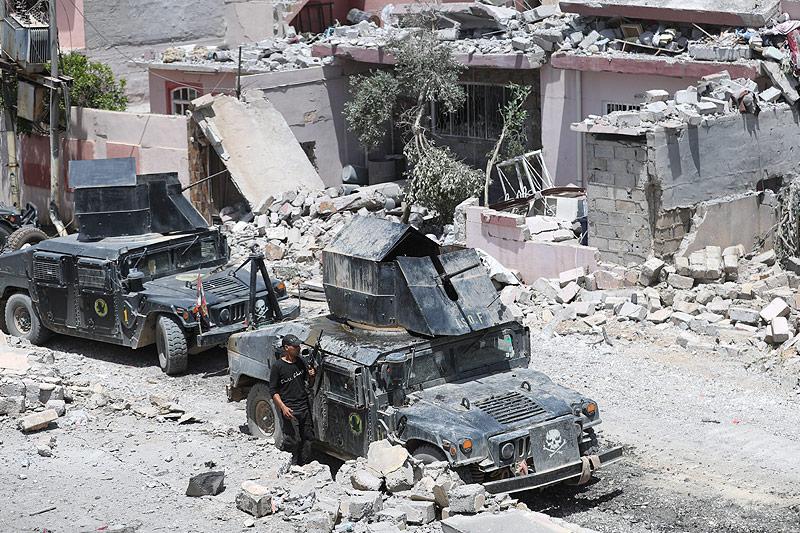 Soldaten mit Fahrzeugen im zerstörten Mossul