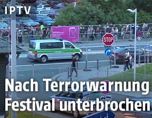 Festivalbesucher und Polizei