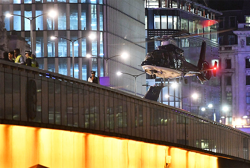 Polzeihubschrauber landet auf der London Bridge