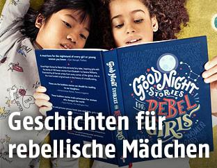 Zwei Kinde lesen ein Buch