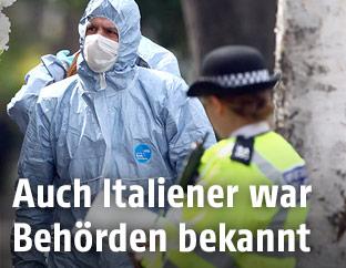 Polizisten und Forensiker in London