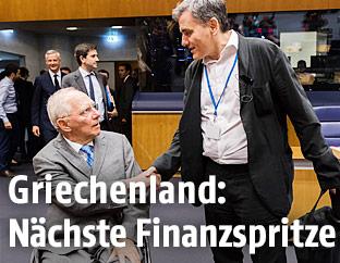 Der deutsche Finanzminister Wolfgang Schäuble schüttelt dem griechischen Finanzminister Euclid Tsakalotos die Hand
