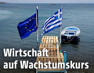 Eine EU-Flagge und eine griechische Flagge auf einem Bootssteg auf der Insel Lesbos