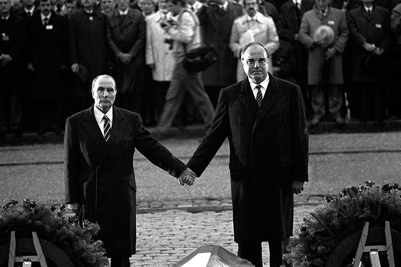 Frankreichs Präsident Francois Mitterrand 1984 mit dem deutschen Kanzler Helmut Kohl