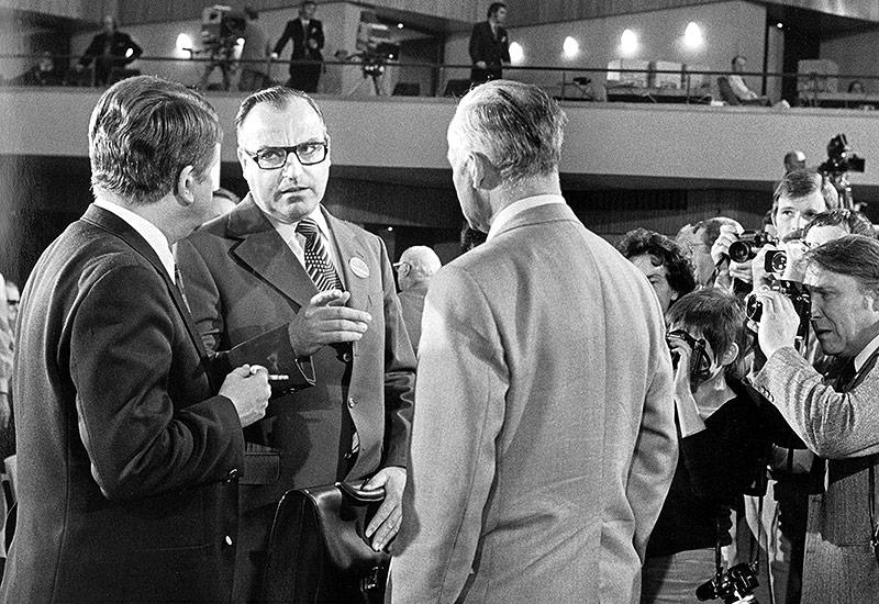 Helmut Kohl wird zum CDU Parteivorsitzendem gewählt