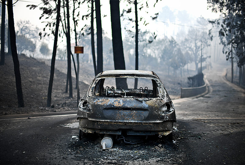 Ausgebranntes Auto auf einer Straße in der Nähe von Pedrogao