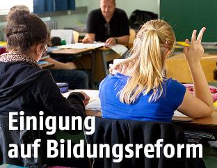 Schülerin in einem Klassenzimmer