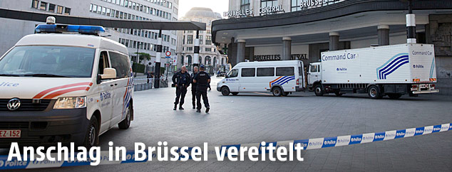 Polizisten stehen vor dem Zentralbahnhof in Brüssel