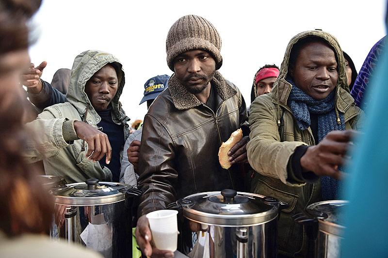 Essensaufsgabe an Flüchtlinge in Paris