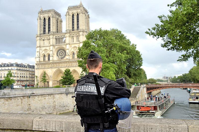 Pariser Gendarm vor der Kathedrale Notre Dame