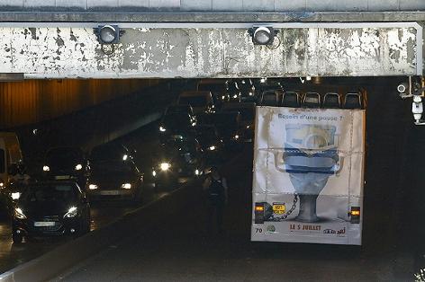 Bus steckt unter Brücke fest