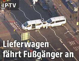 Eine Luftaufnahme von Fahrzeugen