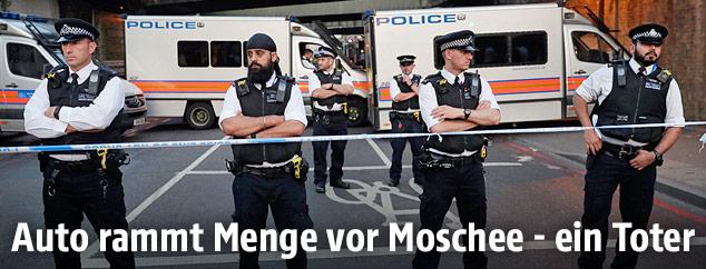 Polizisten bei der Finsbury Park Station