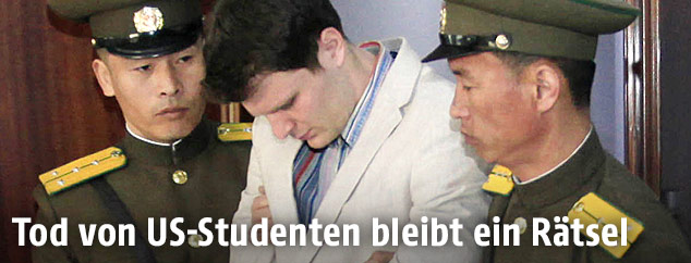 Otto Warmbier zwischen zwei nordkoreanischen Polizisten