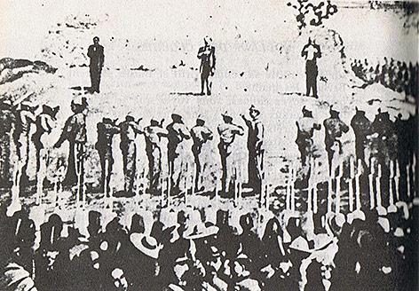 Historisches Foto von der Erschießung Maximilians I, Kaiser von Mexiko