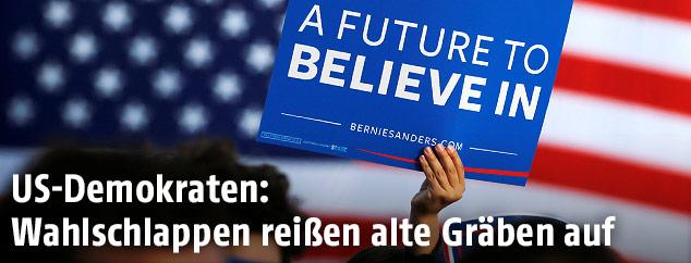 """Demokratischer Anhänger hält Schild mit der Aufschrift """"A Future To Belive In"""""""