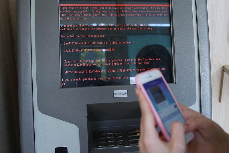 Bankomat mit der Botschaft des Ransomware-Virus