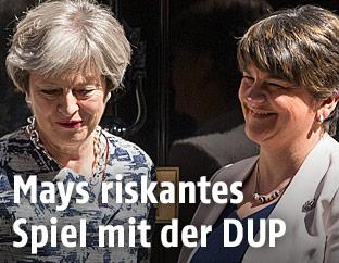 Großbritanniens Premierministerin Theresa May und Arlene Foster (DUP)