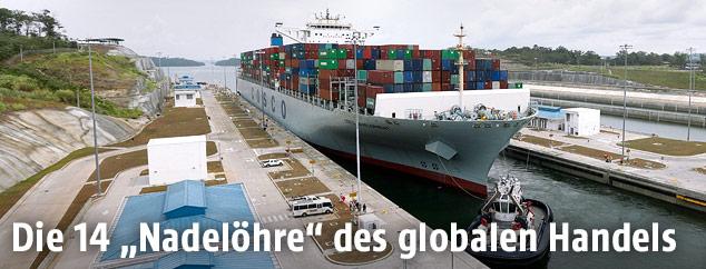 Ein Containerschiff im Panamakanal