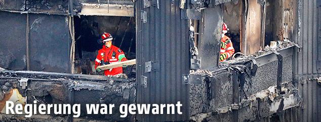 Feuerwehrleute im ausgebrannten Grenfell Tower in London