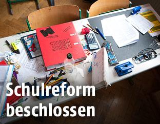Tisch in einem Klassenzimmer